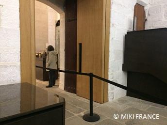 セキュリティが強化されている修道院の入口