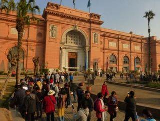 観光客で賑わう博物館前の庭