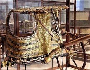 ツタンカーメンの豪華な戦車<br>(考古学博物館にて撮影)