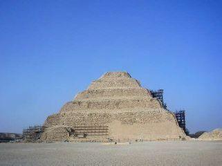 階段ピラミッド全景