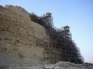 階段ピラミッド、右側奥の足場